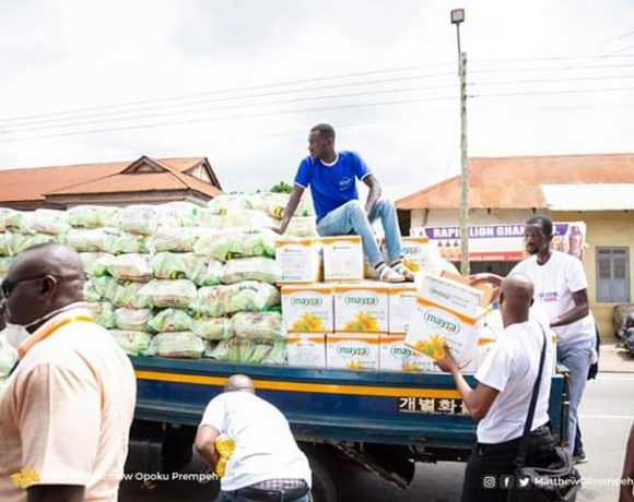 NAPO DISTRIBUTES 1200 BAGS OF RICE & 1,200 BOXES OF OIL TO EVERY HOUSEHOLD IN MANHYIA SOUTH.